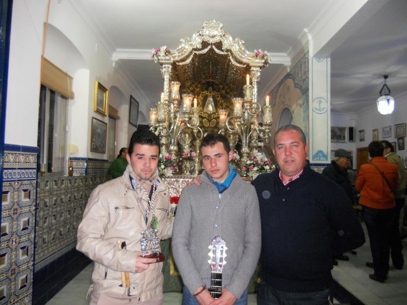 Ante el Simpecado, José Manuel Clemente y David Soto con el Presidente de la Hermandad, Pedro Jesús Álvarez