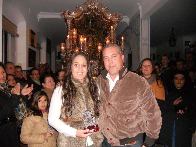 Desireé Márquez recibe del Presidente de la Hermandad, Pedro Jesús Álvarez el Simpecado