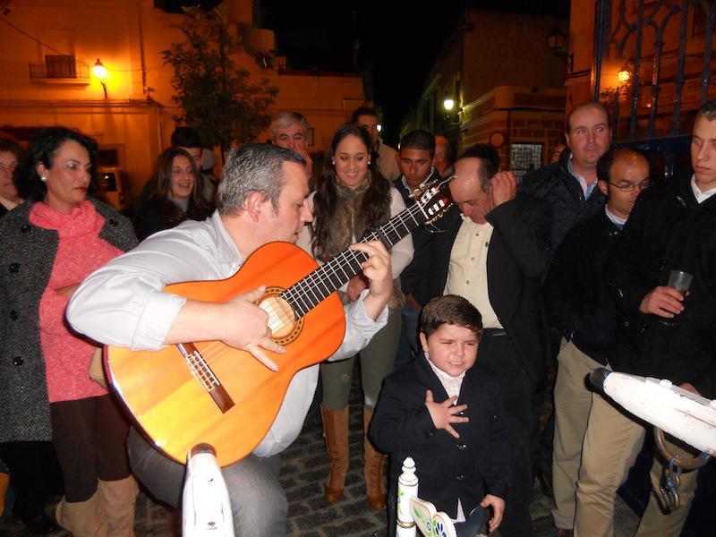 Diego Abrahán Menguiano, acompañado a la guitarra por su padre José Andrés Menguiano, interpretando un fandango