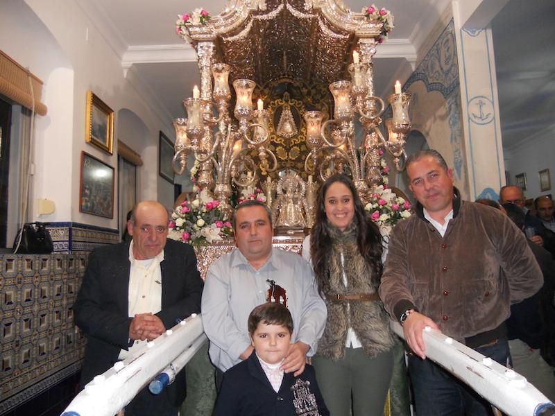 Junto al Presidente de la Hermandad, Pedro Jesús Álvarez y ante la Carreta del Simpecado, foto de familia de todos los protagonistas de la noche
