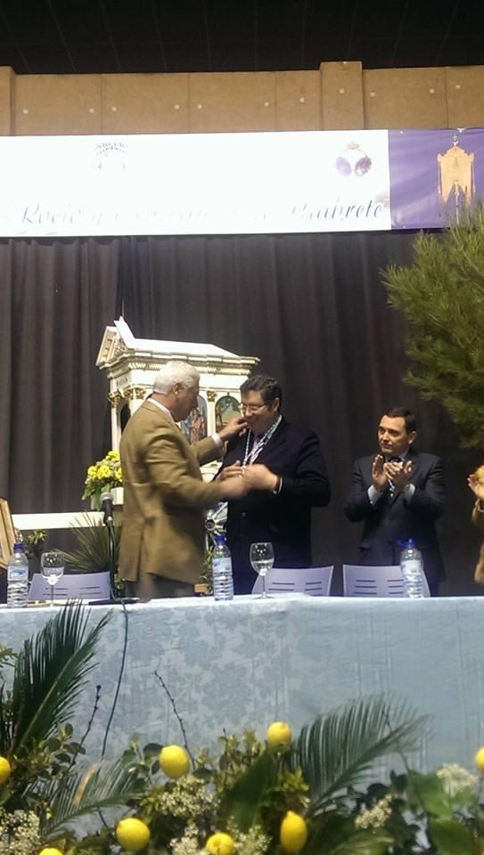 El Presidente de la Hdad Matriz de Ntra Sra del Rocío de Almonte, Juan Ignacio Reales Espina recibió la Medalla del Bicentenario de la Hermandad del Rocio de Umbrete.