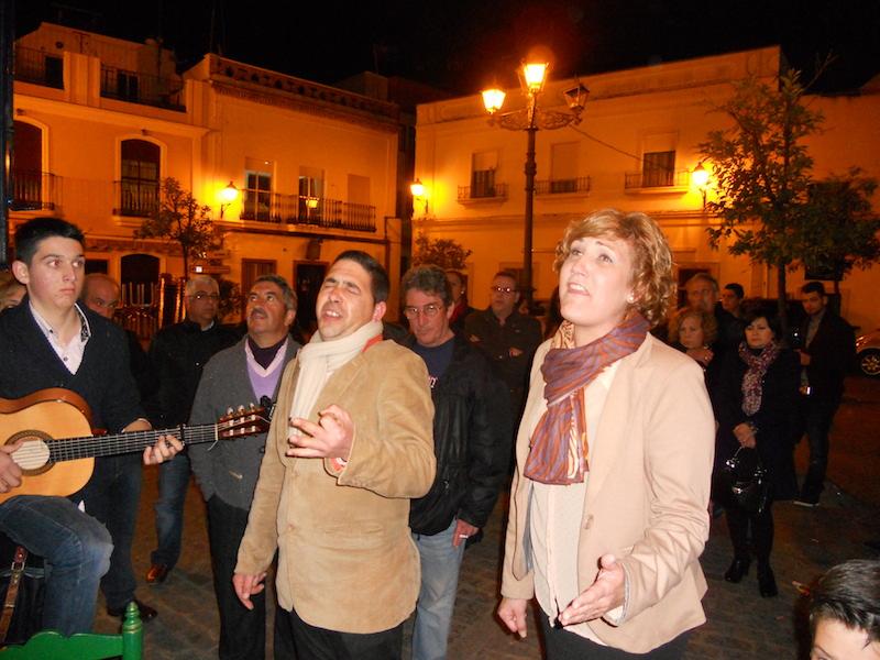 José Manuel Sosa y Sara Cáceres cantando la Salve acompañados a la guitarra por Iván Barberi