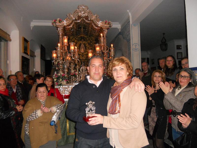 Sara Cáceres recibe de manos del Presidente de la Hermandad, Pedro Jesús Álvarez, un recuerdo de la misma