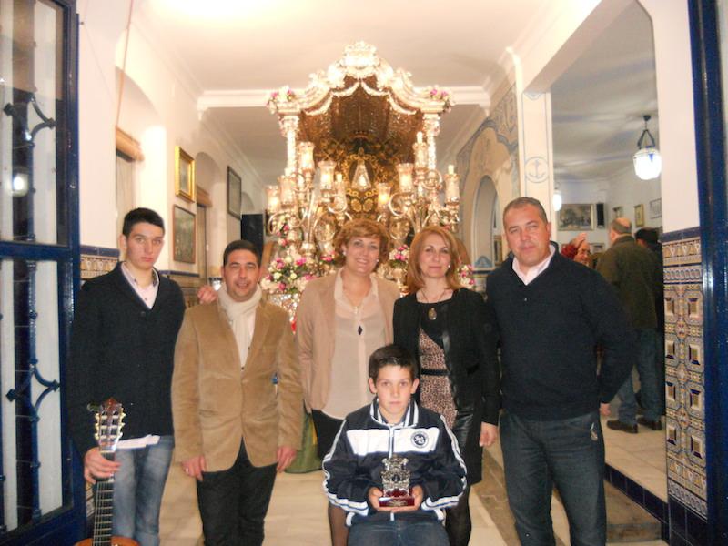 Ante la Carreta, José Manuel, Sara, Iván y Aimar con la Hermana Mayor, Carmen Prieto y el Presidente, Pedro Jesús Álvarez