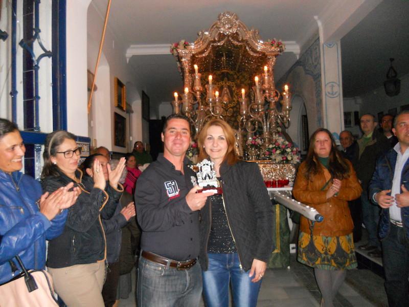 Diego de la Cruz recoge de manos de la Hermana Mayor, Carmen Prieto, un recuerdo de la Hermandad.