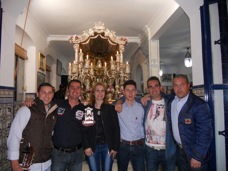 -Kalandraque- junto con la Hermana Mayor, Carmen Prieto, y el Presidente de la Hermandad, Pedro Jesús Álvarez, ante la Carreta del Simpecado