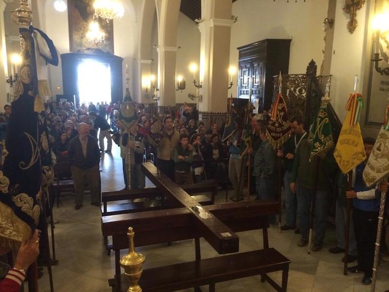 Momento del comienzo del Via Crucis en Almonte