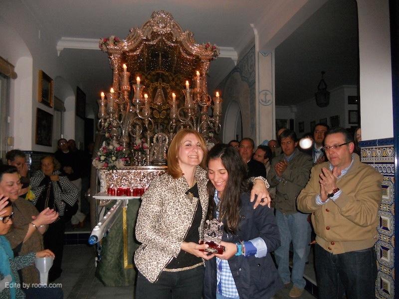 La Hermana Mayor de Isla Cristina, Carmen Prieto, entrega un Simpecado a Rocío Fernández, Hermana Mayor de Gibraleón
