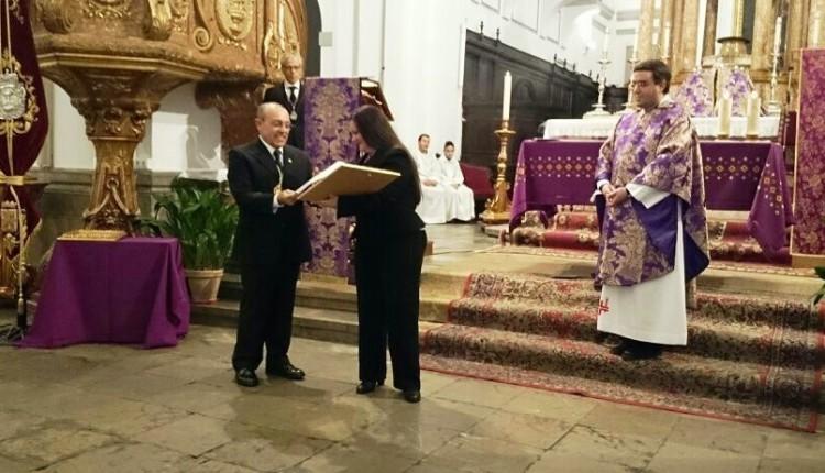 Hermandad de Santa Fe – Entrega de Medalla de oro por parte del Stmo. Cristo de la Salud