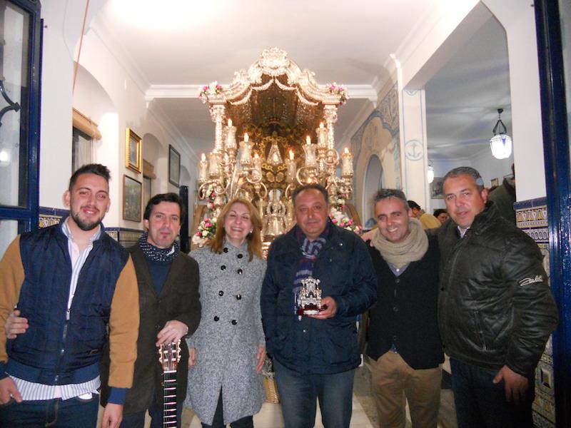 -Peré y sus Amigos- con el Presidente de la Hermandad, Pedro Jesús Álvarez y la Hermana Mayor, Carmen Prieto, ante la Carreta del Simpecado
