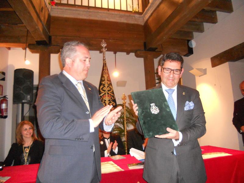 El pregonero, Rafael Salgado, recibe de manos del Presidente Pedro Jesús Álvarez, las pastas para su Pregón