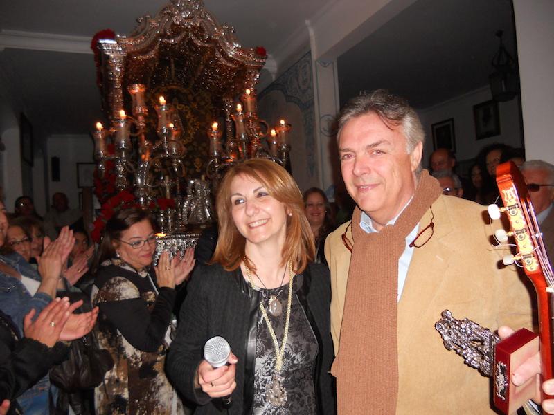 La Hermana Mayor, Carmen Prieto, entrega a Paco Millán un recuerdo de la Hermandad