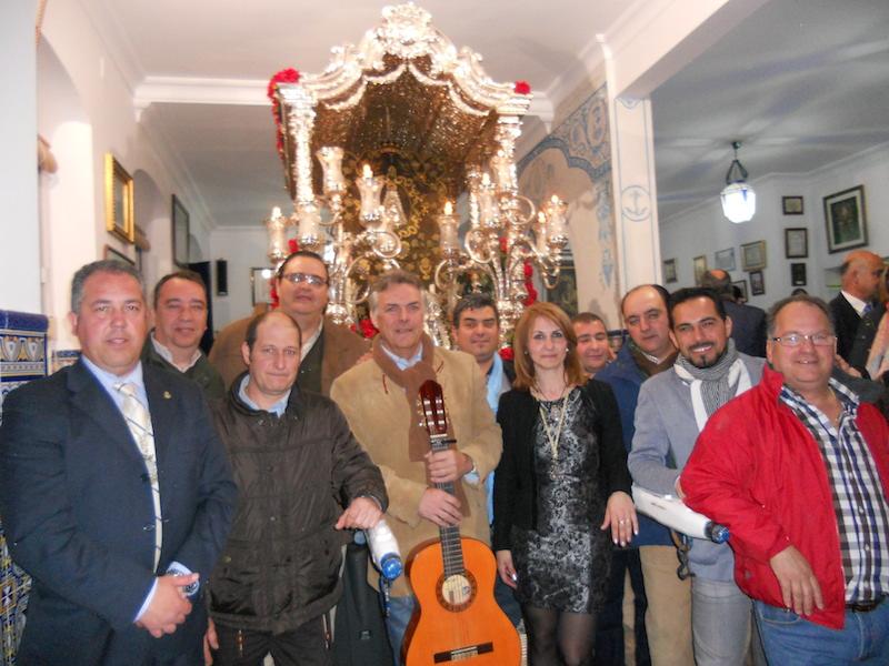 Foto de familia, ante la Carreta del Simpecado, acompañados por la Hermana Mayor, Carmen Prieto y el Presidente, Pedro Jesús Álvarez.