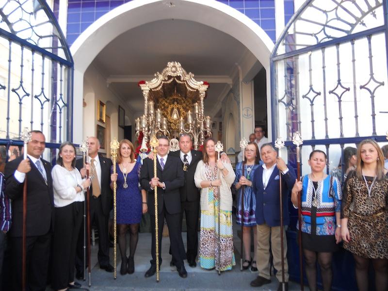 La Junta de Gobierno y la Hermana Mayor de la Hermandad del Rocío ante el Simpecado