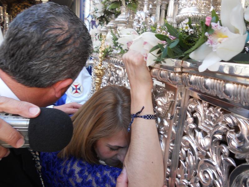 La Hermana Mayor Carmen Prieto ante la Paloma de la Paz llamando a sus costaleros