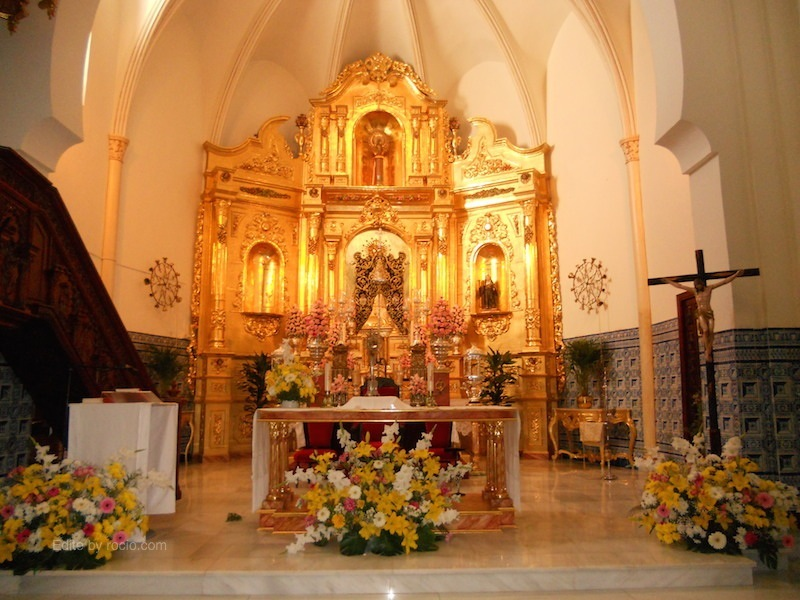 El Simpecado presidiendo el Altar para los cultos