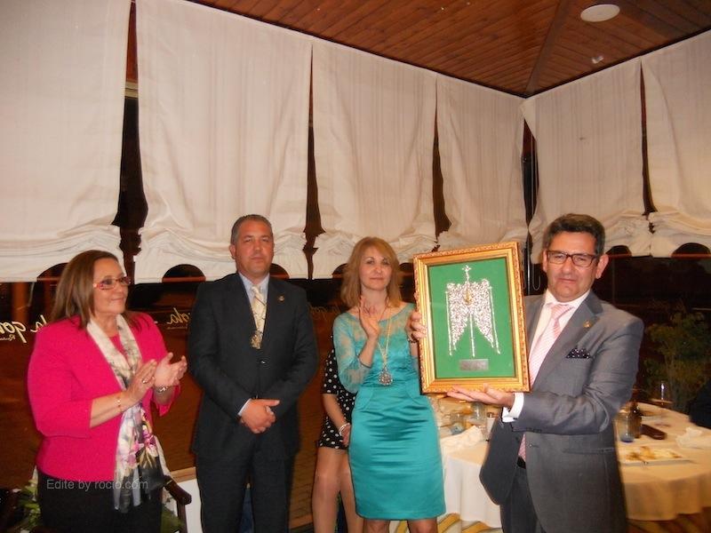 En la Cena homenaje al Pregonero, la Hermandad entrega a Rafael Salgado el Simpecado de la Hermandad