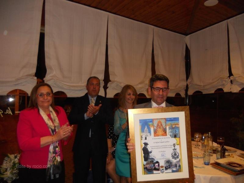 La Alcaldesa de Isla Cristina, María Luísa Faneca, en nombre del Ayuntamiento, se une al merecido homenaje a Rafael Salgado entregándole un cuadro
