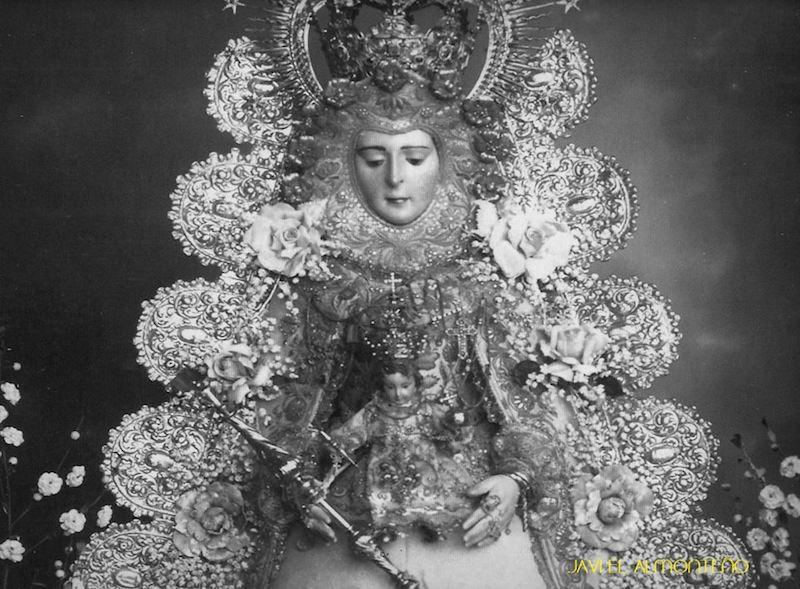 La camarista de aquella época, Ana Valladolid, nunca le había puesto a la imagen dichas ráfagas redondas, y se las puso de la manera que la parte baja donde debe ir en la base de la peana, quedo hacia arriba, pegado a la corona