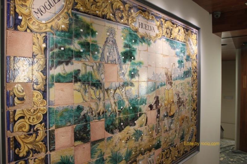 Azulejos de la antigua ermita situados ahora en el pasillo de comunicación de ambos triforios.