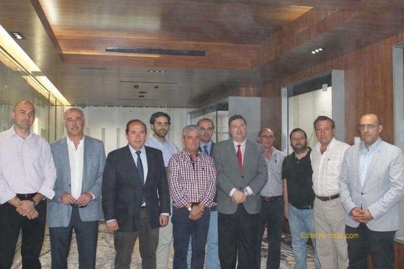 Foto del Presidente con miembros de su Junta, arquitectos y equipo constructor
