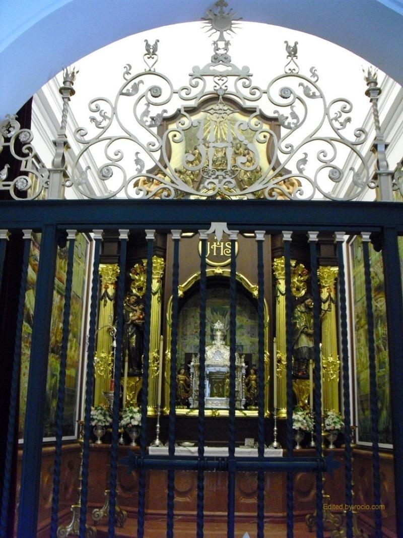 En la Sacramental alberga partes del antiguo retablo del siglo XVIII, las columnas, las imágenes de San Francisco Javier y San Antonio de Padua, como el marco del camarín y el relieve de Pentecostés.