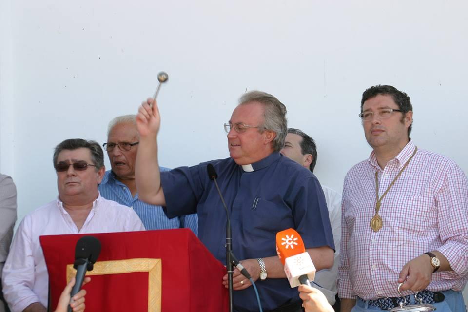 Saca 2014 - Se procede a la bendición por parte deD. Antonio Cepeda Lepe, Director Espiritual de la Hermandad Matriz y Rector del Santuario