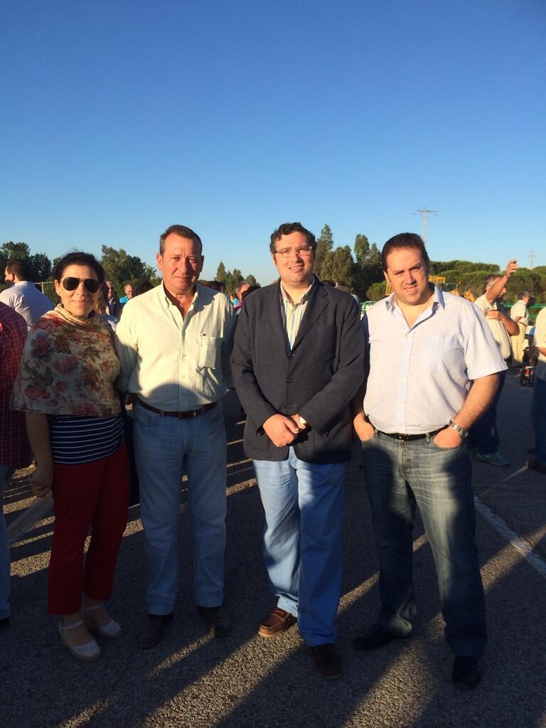 El Presidente de la Matriz, junto a numerosos vecinos y almonteños en la mañana del martes, 1 de julio para impedir el derribo.