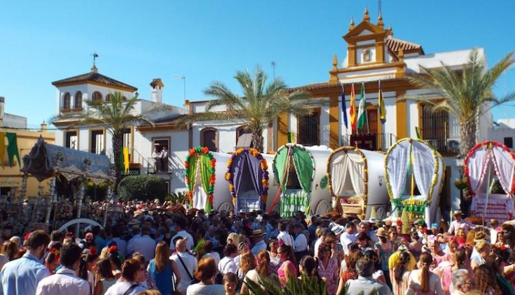Gines se vistió de fiesta para celebrar una multitudinaria Salida de las Carretas hacia El Rocío