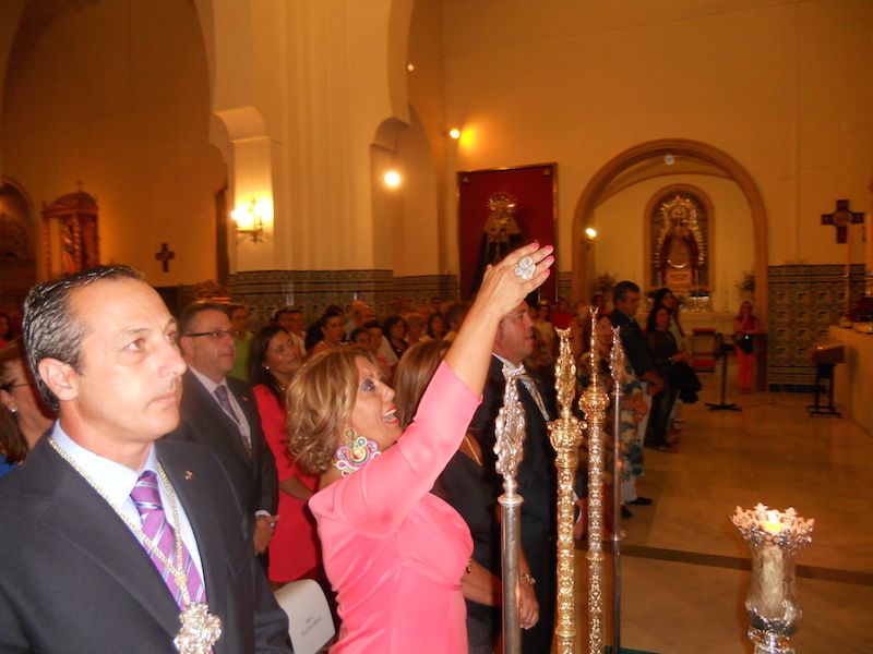 La nueva Hermana Mayor, Juana Rodríguez Pérez, dando vivas al Simpecado al término del canto de la Salve