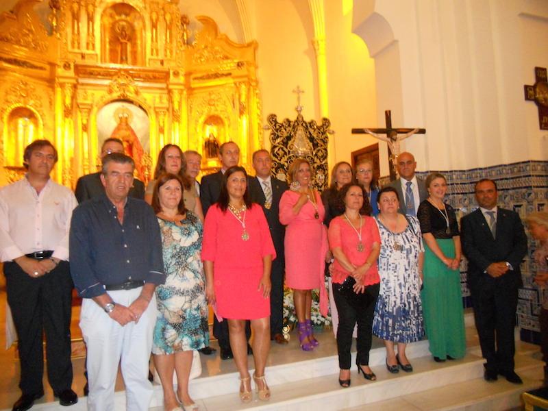 Ante el Simpecado, la Hermana Mayor acompañada por toda la Junta de Gobierno, el Presidente del Consejo de Hermandades de Isla Cristina, Antonio Peña y la Alcaldesa María Luísa Faneca.