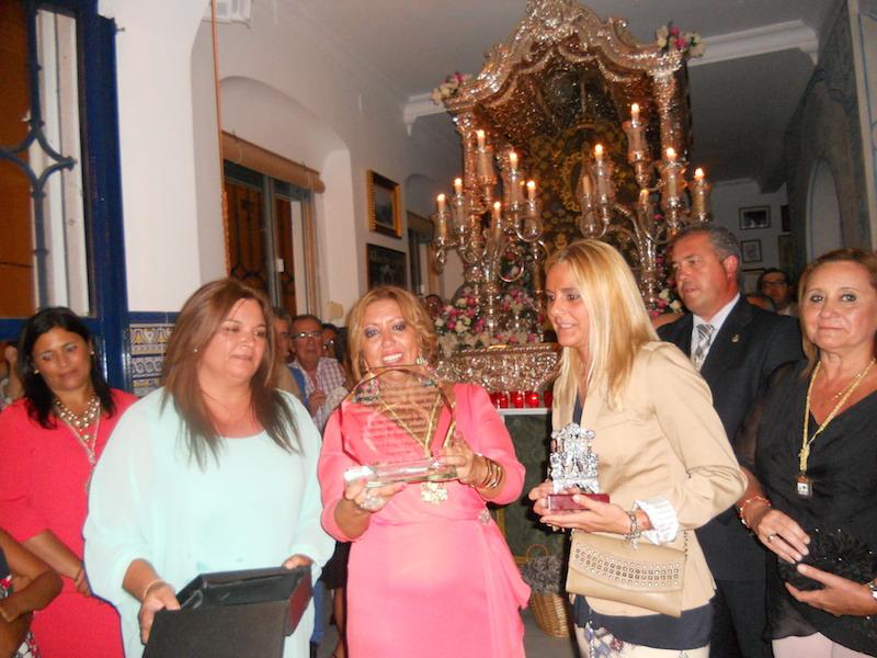 Ante la Carrta, intercambio de regalos de representantes de la Hermandad del Rocío de Sevilla -El Salvador- y la Hermana Mayor