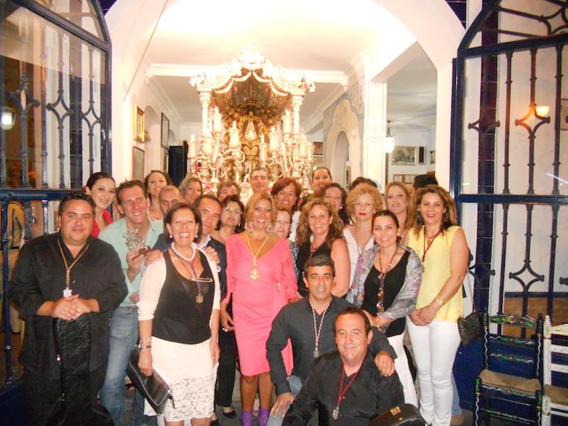 La Hermana Mayor, Juana Rodríguez con el Coro de la Hermandad de La Bella de Lepe