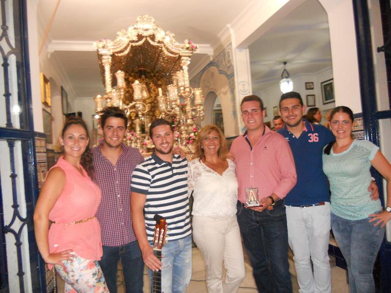 Foto de familia, ante el Simpecado, de la Hermana Mayor y Los Tomilleros