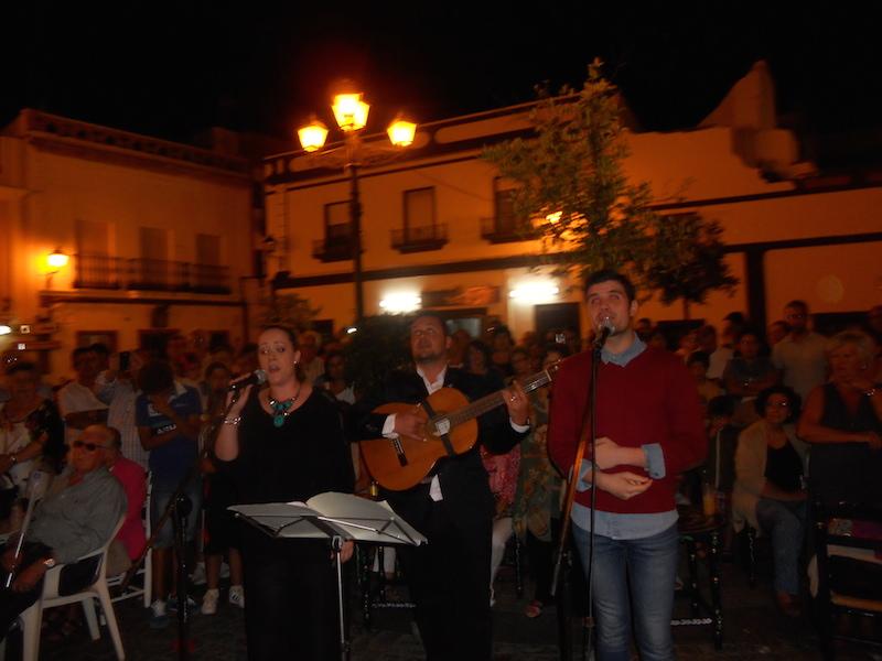 Elena Bobes, Jesús Perea y Luís Gallardo interpretando la Salve