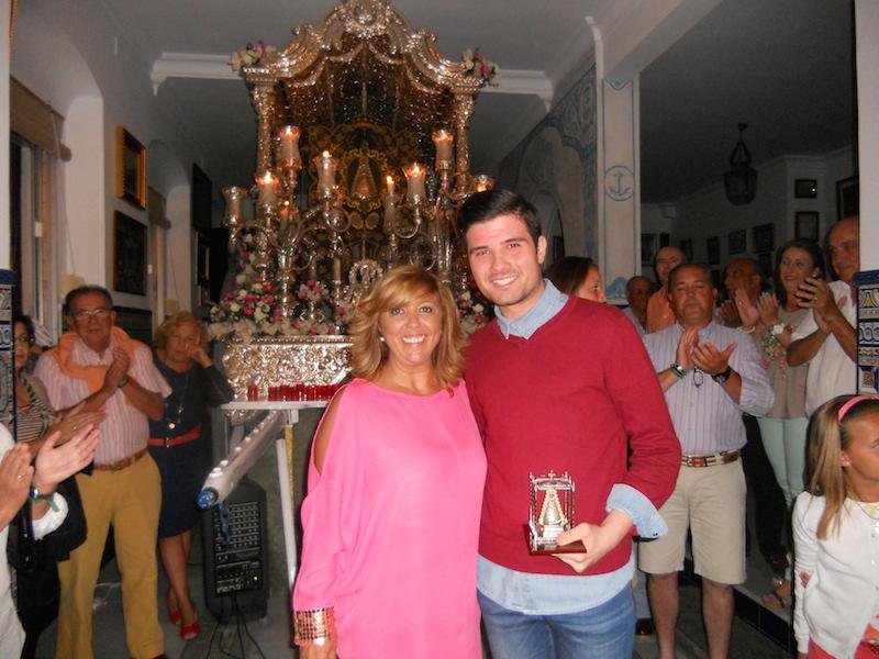Luís Gallardo recoge de la Hermana Mayor, Juana Rodríguez, un regalo de la Hermandad