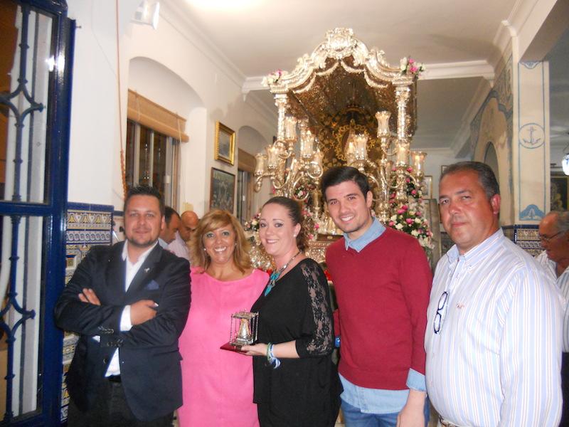 El Presidente de la Hermandad, Pedro Jesús Álvarez y la Hermana Mayor, Juana Rodríguez, junto a Elena, Jesús y Luís ante la Carreta del Simpecado