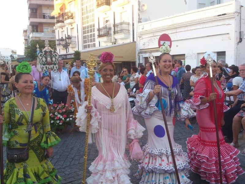 La Hermana Mayor y miembros de la Junta de Gobierno de la Hermandad durante la Ofrenda de Flores a la Virgen del Carmen