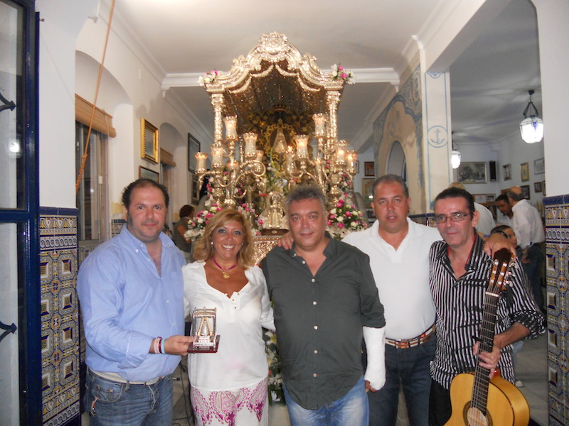 Horacio, Mage y El Peri, componentes de D'Antaño, junto al Presidente y la Hermana Mayor ante la Carreta del Simpecado