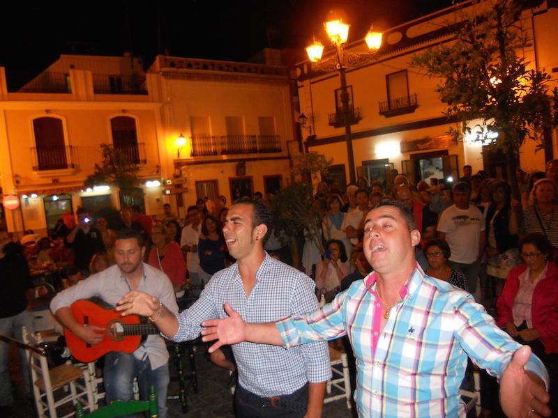 Tomás, Abel y Diego interpretando las sevillanas dedicadas a la Hermandad