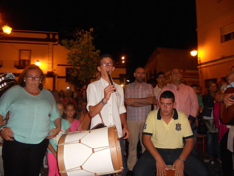 Momento en que Antonio José Domínguez interpreta al toque de Flauta y Tamboril unas sevillanas