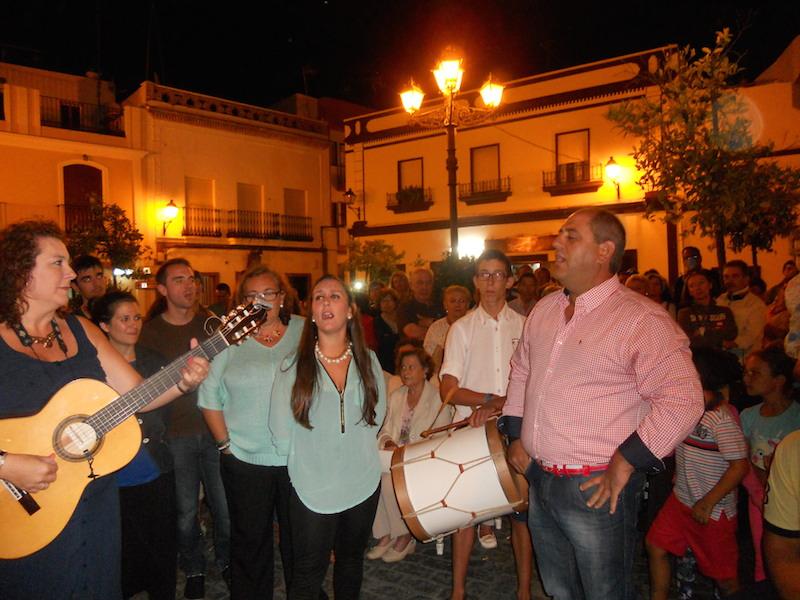 Al toque de guitarra de Mari Toni Contreras, Ana y Mateo cantan unas sevillanas