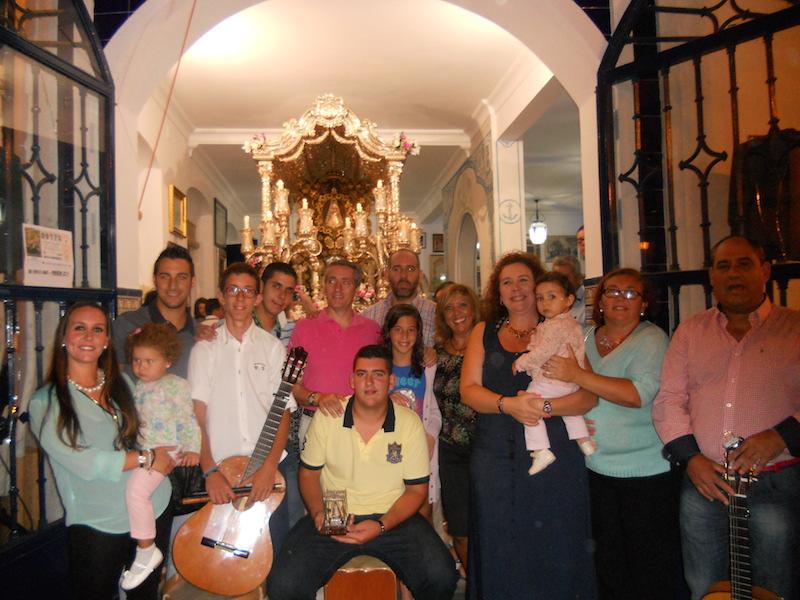 Ante la Carreta del Simpecado, La Familia posa junto a la Hermana Mayor, Juana Rodríguez