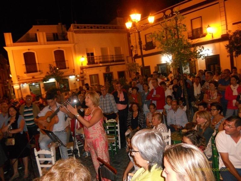 Distintos momentos de la actuación de Sara Cáceres cantando sevillanas