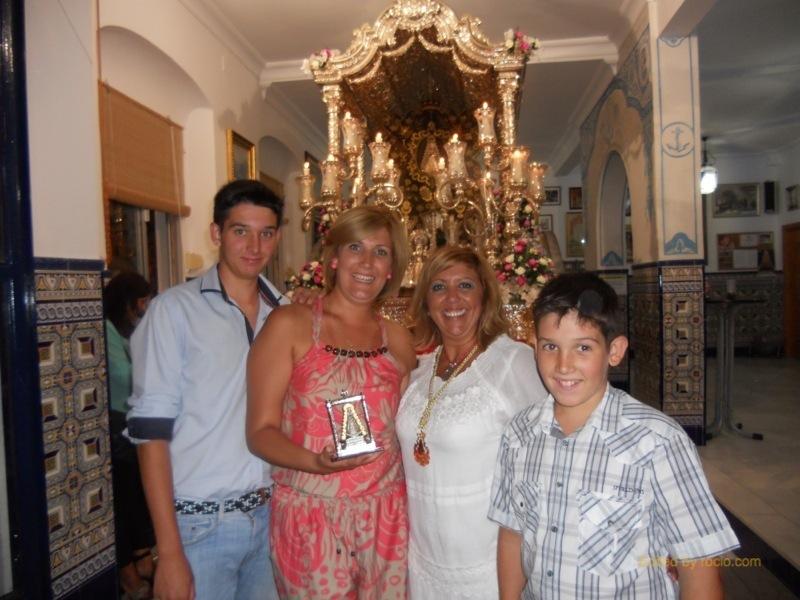 Ante la Carreta, Sara Cáceres y sus hijos Iván y Aimán Barberi con la Hermana Mayor, Juana Rodríguez