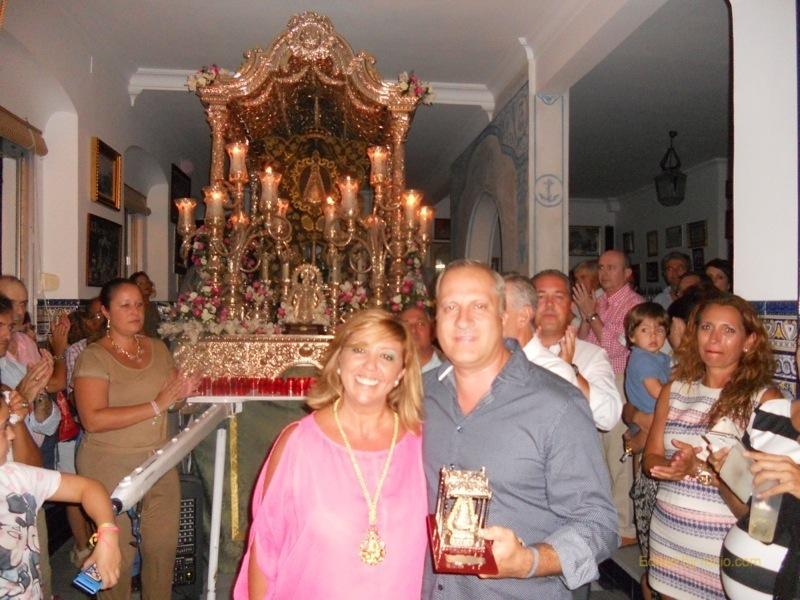 Javier, miembro de la Casa Tintineo recibe de manos de la Hermana Mayor, Juana Rodríguez, un recuerdo de la Hermandad