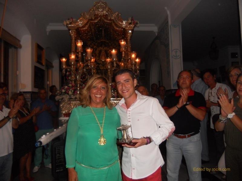 Con la Hermana Mayor, Juana Rodríguez, ante la Carreta del Simpecado