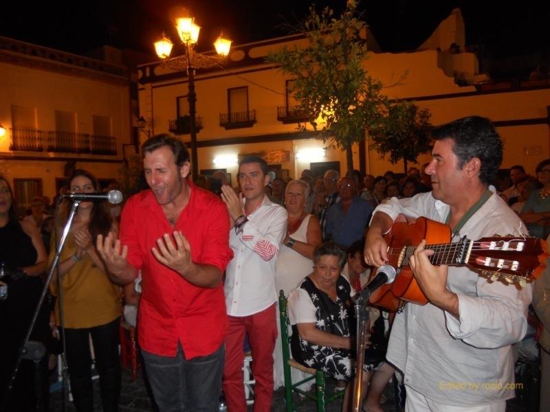 Distintos momentos de los cantes por sevillanas que realizaron Joaquín Pandolfo y sus amigos