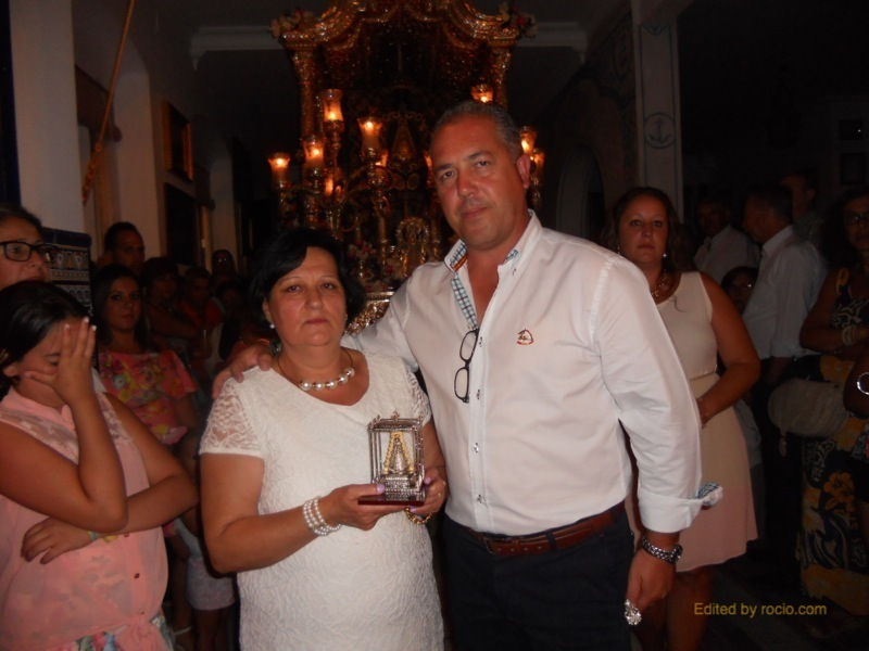 Loli Garrido recibe de manos del Presidente de la Hermandad un recuerdo