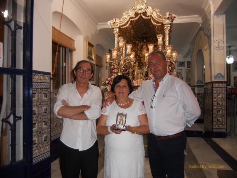 Loli Garrido con el Presidente de la Hermandad, Pedro Jesús Álvarez, y Antonio Rodríguez, -El Pirata-, ante la Carreta del Simpecado
